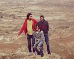 "Los Midnight Juggernauts cumplen 10 años y les regalan ""Turning Electric"""
